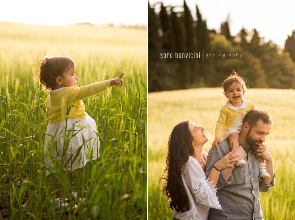 Fotografo Rimini | famiglia felice tra i campi di grano a Cesena
