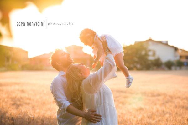 fotografia di famiglia felice nel grano
